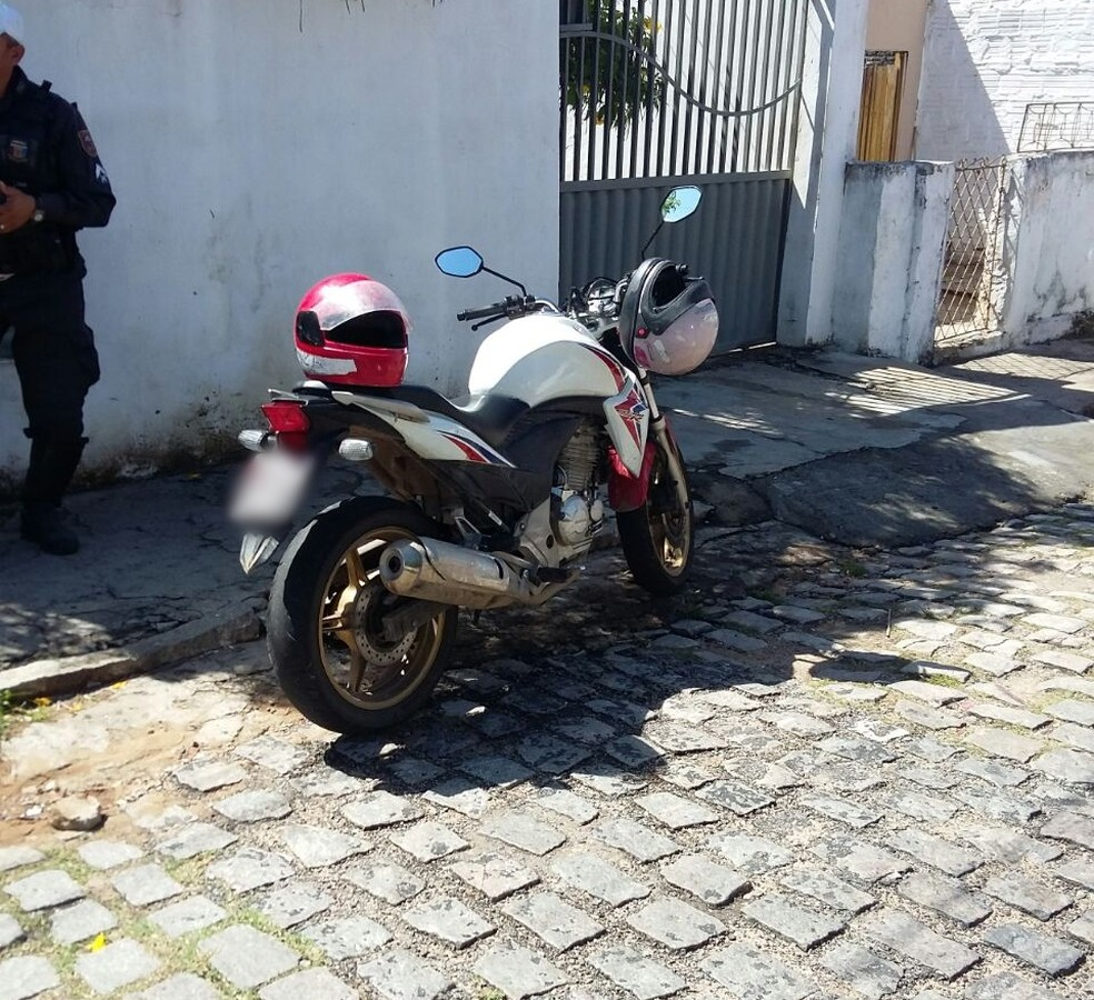 Moto usada pelos suspeitos foi encontrada abandonada no bairro das Quintas (Foto: Divulgação/PM)