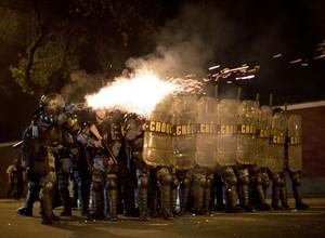 Tropa de Choque usa gás lacrimogênio e bombas de efeito moral para dispersar manifestantes no entorno do Palácio Guanabara, sede do governo do RJ (Foto: AP Photo/Felipe Dana)