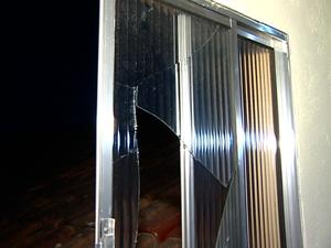 Criminosos entraram na igreja por uma janela, no Espírito Santo (Foto: Reprodução/TV Gazeta)