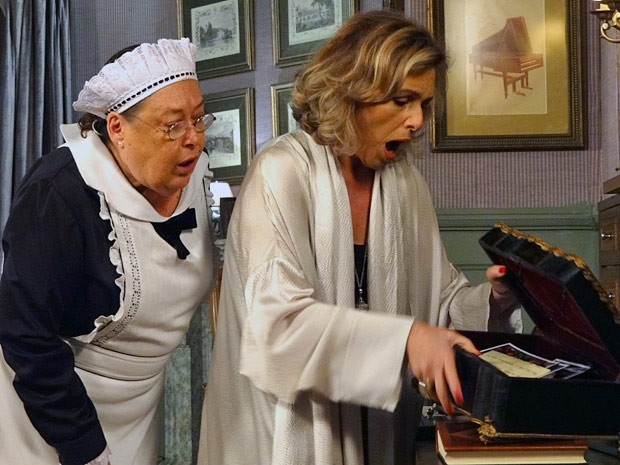 Charlô encontra uma caixa suspeita no quarto do primo (Foto: Guerra dos Sexos / TV Globo)