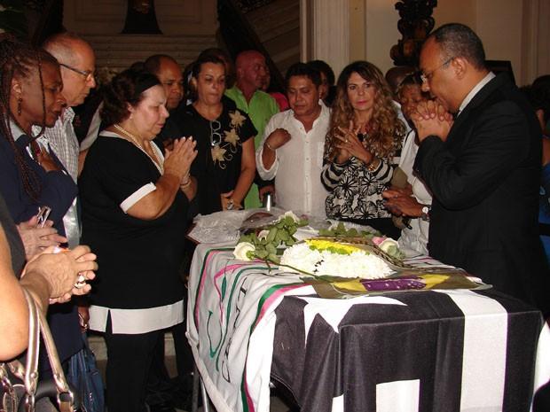 Nana Caymmi, Mart'nália, Elba Ramalho, Zezé Motta e Ronaldo Bastos oram durante o velório do cantor Emílio Santiago no Rio (Foto: Gabriel Barreira / G1)