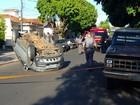 Motorista perde controle e capota o carro em rua de Araçatuba