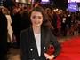 Look do dia: Maisie Williams aposta em bolsa inusitada no tapete vermelho