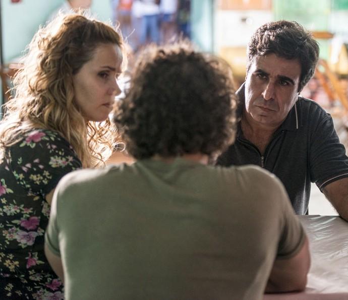 Dino procura Gilda para fazer chantagem, mas Hugo interfere (Foto: Ellen Soares/Gshow)