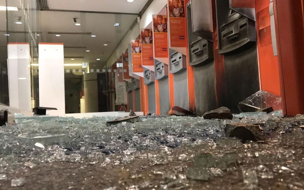 Interior de agência bancária depredada na Pedroso de Morais (Foto: Glauco Araújo/G1)