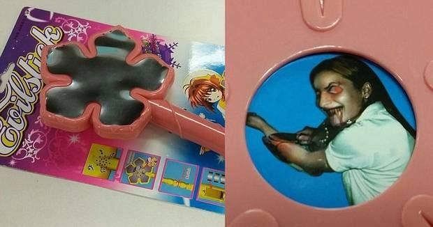 Brinquedo traz foto de criança em forma de demônio cortando o pulso (Foto: Reprodução/YouTube/TVReport200)