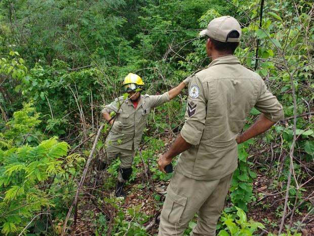 Bombeiros abriam trilha para atender chamdo, quando foram recebidos a tiros (Foto: João Cunha/G1)