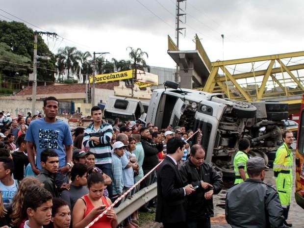 Um caminhão colidiu e derrubou uma passarela na Rodovia Régis Bittencourt, na Grande São Paulo. (Foto: Leco Viana/Futura Press)