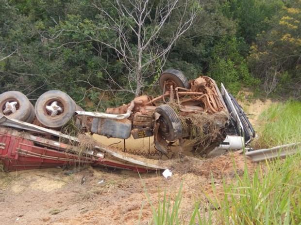 Apesar do capotamento, motorista teve ferimentos leves (Foto: Carlos Mont Serrate/ Rota Policial News)