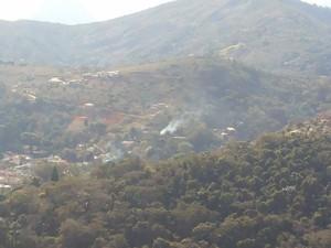 Foto flagra queima de lixo nesta terça (26) em morro às margens da BR-040  (Foto: Andressa Canejo / G1)