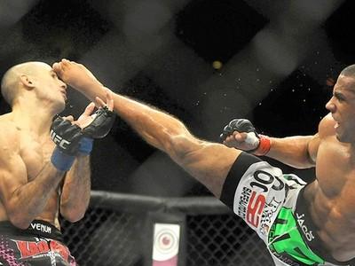DESTAQUE Edson Barboza chute em Terry Etim (Foto: André Durão / Globoesporte.com)