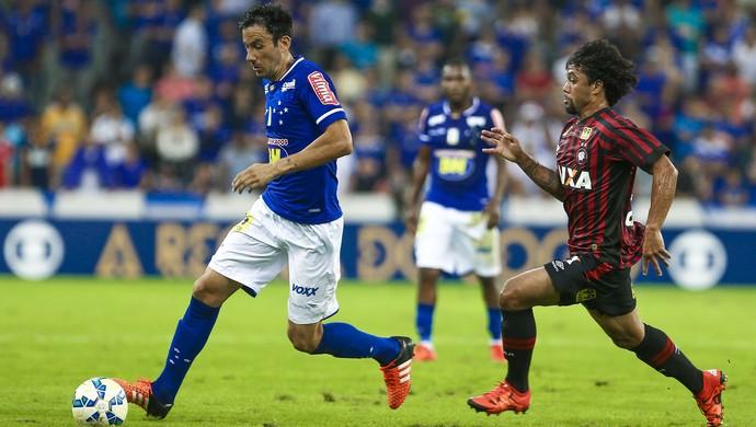 Ariel Cabral em ação contra o Atlético-PR (Foto: Geraldo Bubniak/LightPress/Cruzeiro)