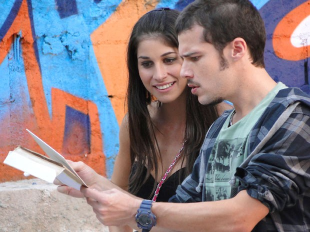 Pela cara do grafiteiro, a coisa vai feder (Foto: Cheias de Charme / TV Globo)