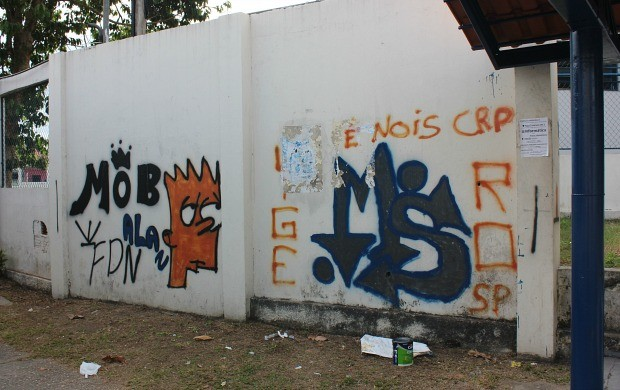 Muro antes da intervenção artística de Denis Soares (Foto: Katiúscia Monteiro/ Rede Amazônica)