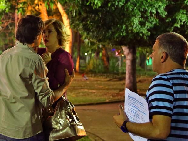 Jorge Fernando dirige cena com Claudia Raia e Sergio Guizé (Foto: Alto Astral/ TV Globo)