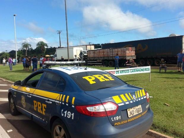 Na BR-277, em Laranajeiras do Sul, caminhoneiros estão sendo direcionados para um posto de combustíveis às margens da rodovia; PRF acompanha a movimentação (Foto: PRF / Divulgação)