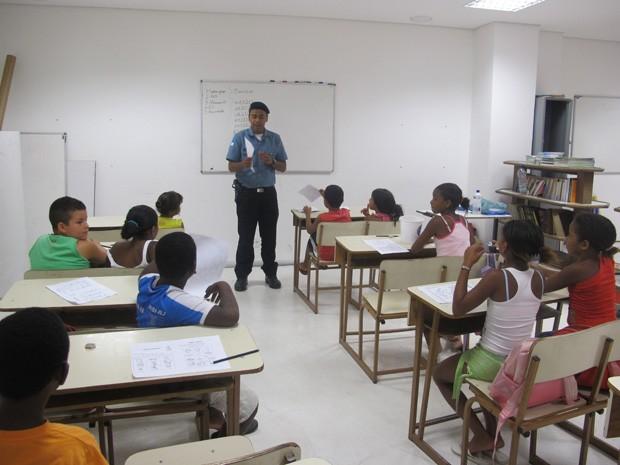 Professor Inácio é formado em Letras e dá aulas para crianças e adolescentes do Alemão (Foto: Janaína Carvalho)