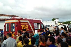 Bombeiros resgataram alguns presos que ficaram feridos (Foto: Daniel Peixoto/G1)