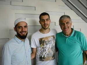 Imad Orra e seu filho conheceram Saleh na mesquita de Mogi das Cruzes (Foto: Maiara Barbosa/ G1)