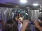 Letícia e Júnior ganham festa de fãs e posam abraçadinhos