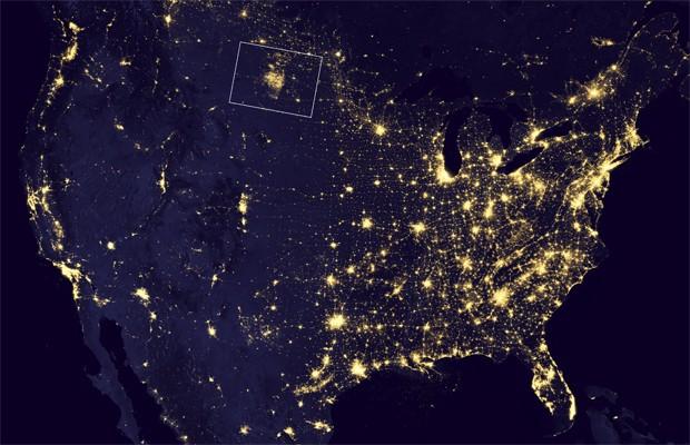 Mapa noturno registrado pela Nasa entre abril e outubro de 2012 mostra regiões iluminadas dos EUA (Foto: Divulgação/Nasa Earth Observatory/NOAA)