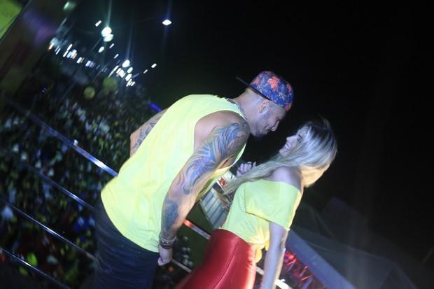Aline e Fernando, ex-bbbs, em Salvador (Foto: Fred Pontes / Divulgação)