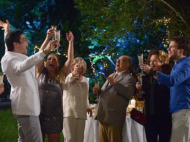 Pilar e convidados vibram com o ano que se inicia (Foto: Raphael Dias/TV Globo)