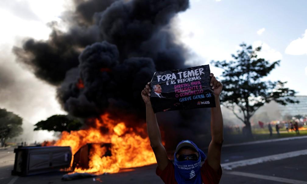 Manifestante durante protesto contra o governo do presidente Michel Temer, em Brasília (Foto: Ueslei Marcelino/Reuters)