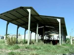Corpo foi encontrado em barracão (Foto: Reprodução/TV TEM)