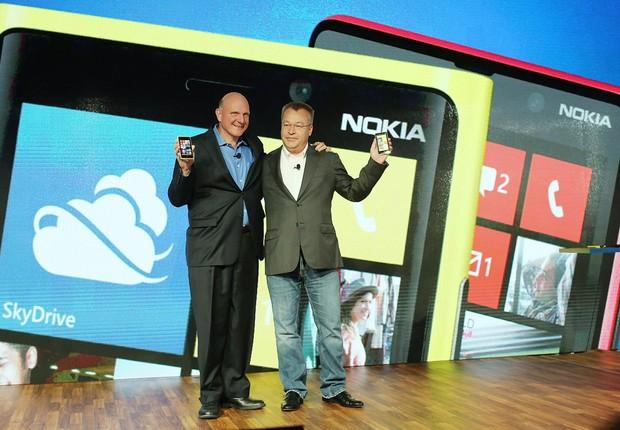 Steve Ballmer e Stephen Elop, em 2012, quando Microsoft e Nokia apresentaram novos smartphones (Foto: Getty Images)