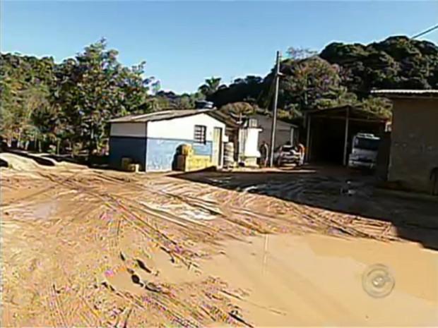 Quando chove, os caminhões levam até 4 horas para sair do bairro com a mercadoria. (Foto: Reprodução/TV Tem)