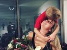 Carol Dantas posa ao lado do filho no dia do seu aniversário
