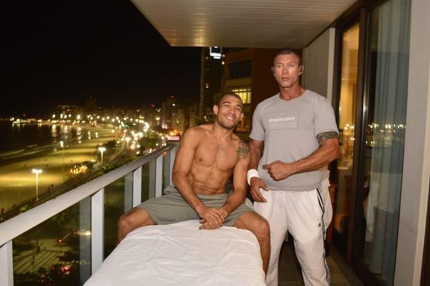 José Aldo faz massagem na varanda, na véspera da luta do UFC 179 (Foto: Rodrigo Mesquita/ Divulgação)