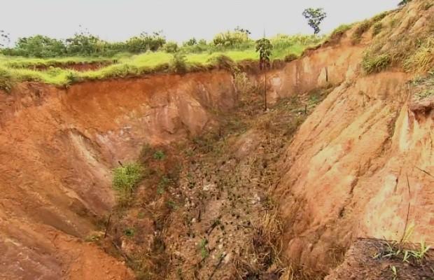 Assoreamentos ameaçam secar água em nascentes de rios em Goiás (Foto: Reprodução/TV Anhanguera)