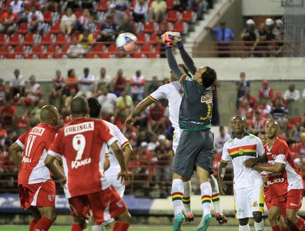 Goleiros trabalham muito no jogo entre CRB e Sampaio (Foto: Ailton Cruz/ Gazeta de Alagoas)