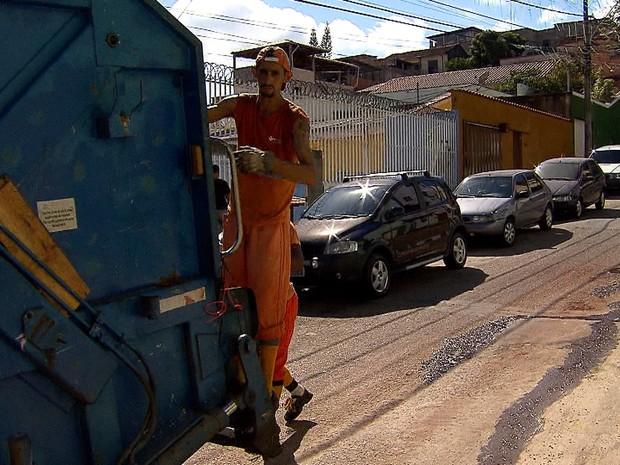 Superintendência do Trabalho proíbe garis na traseira de caminhões em BH (Foto: Reprodução/TV Globo)
