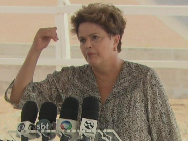 A presidente Dilma Rousseff, em entrevista à imprensa em Floresta (PE) (Foto: Reprodução/TV Globo)