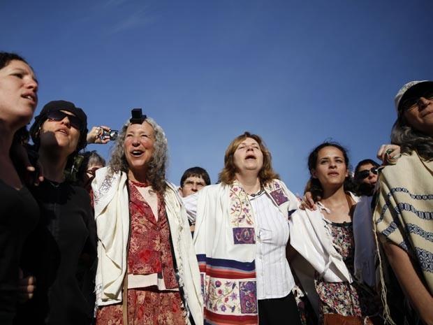 Mulheres oram com seus xales de oração no Muro das Lamentações (Foto: AFP)