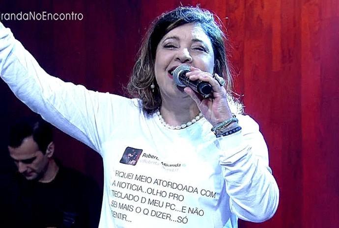 Roberta com camisa ilustrada com seu post (Foto: TV Globo)