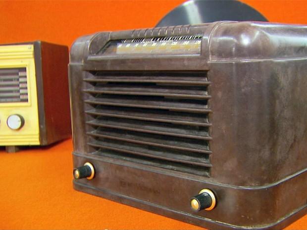 Exposição 'Era do Rádio' em Varginha tem 33 modelos de várias épocas (Foto: Carlos Cazelato / EPTV)