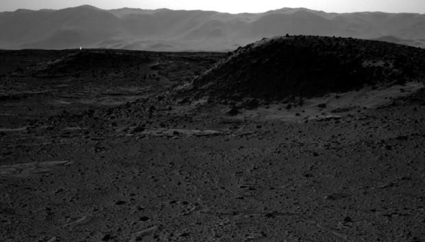 'Luz misteriosa' aparece no horizonte de Marte, no canto esquerdo. (Foto: Nasa/Divulgação)