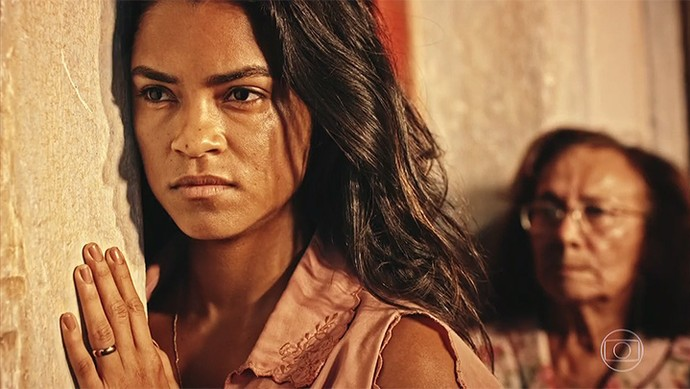 Luzia fica em choque com a revelação de Piedade (Foto: TV Globo)