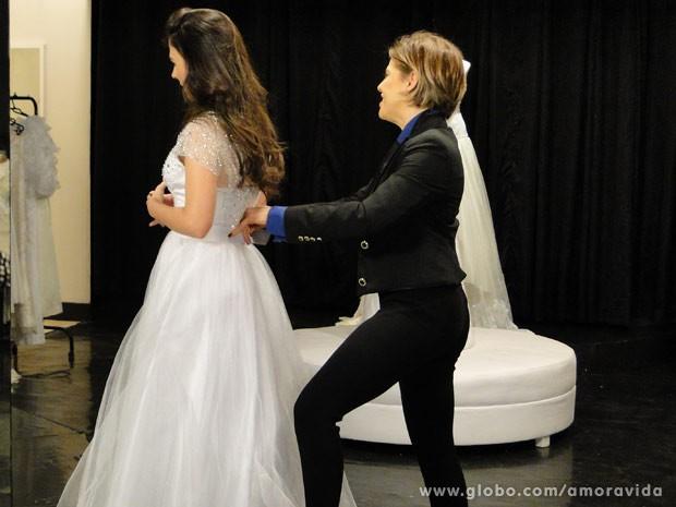 Edith percebe que vestiido está apertado (Foto: Amor à Vida/ TV Globo)
