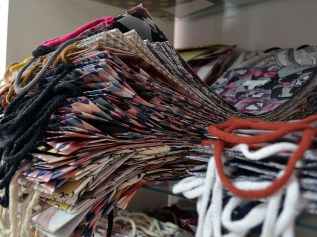 9651c06d63743 Sacolas feitas por casal de Monte Sião, que reaproveita sobras do processo  de produção de
