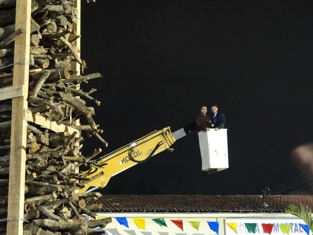 Religioso foi levado ao topo da Fogueira Ecológica, erguida em Caruaru, no Agreste pernambucano (Foto: André Hilton/ TV Asa Branca)