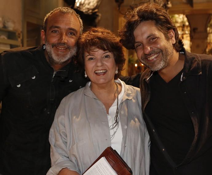 Elizabeth Jihn posa entre Rogério Gomes, o Papinha, e Pedro Vasconcelos, diretores da trama (Foto: Fábio Rocha/Gshow)