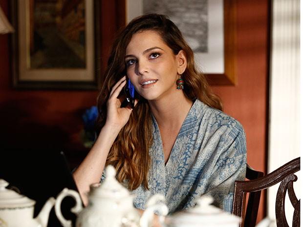 Cris recebe telefonema de Vini e fica surpresa com convite (Foto: Raphael Dias/Gshow)