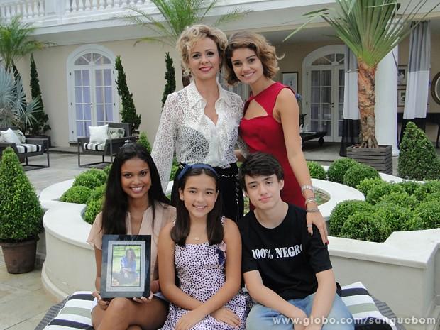 Giulia Gam posa com os filhos adotivos de Bárbara, vividos por Sophie Charlotte, Aline Dias, Ayumi Irie e Marcus Rigonatti (Foto: Sangue Bom/TV Globo)