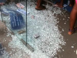 Vidros foram quebrados durante tumulto causado por boato em Campos, RJ (Foto: Narayanna Borges/InterTv RJ)