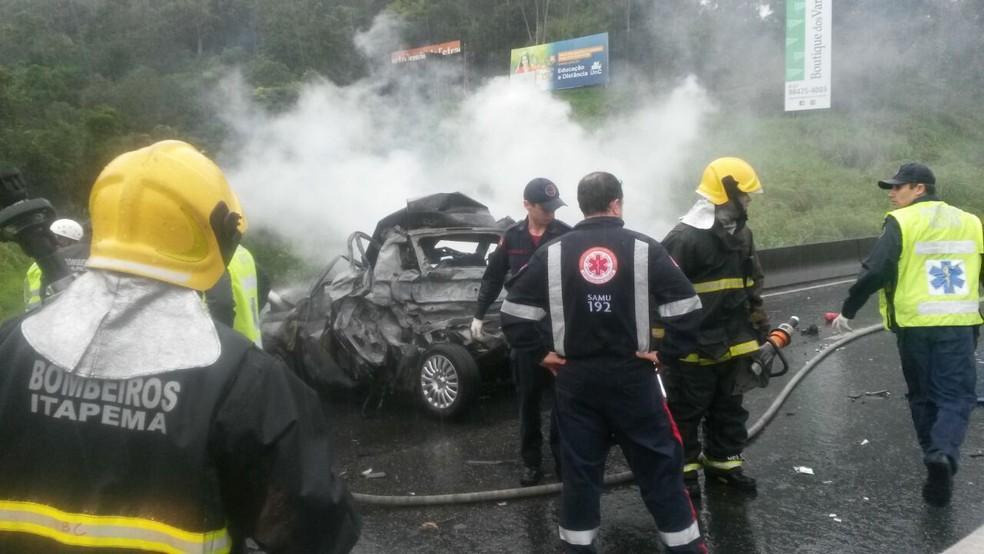 Bombeiros trabalharam no combate às chamas em acidente na BR-101 (Foto: PRF/Divulgação)
